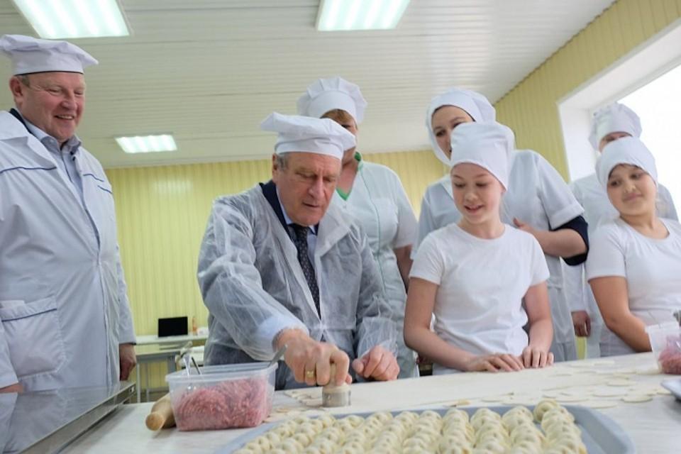Губернатору показали цех производства мясных полуфабрикатов, где он присоединился к процессу изготовления продукции. Фото: kirovreg.ru