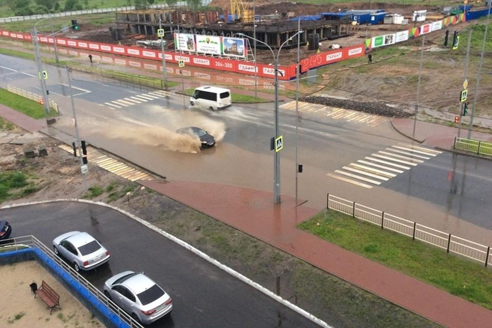 В Брянске после ливня затопило улицу Советскую.
