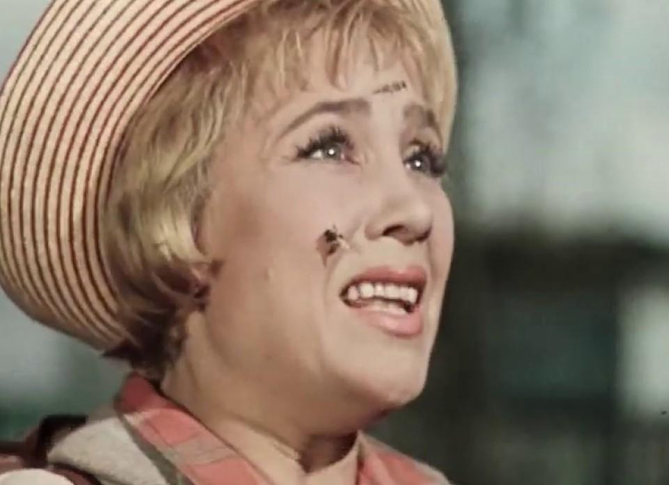 """Тюменцам рассказали, что делать, если укусила пчела, оса или шмель. Фото: кадр из фильма """"Королева бензоколонки"""""""