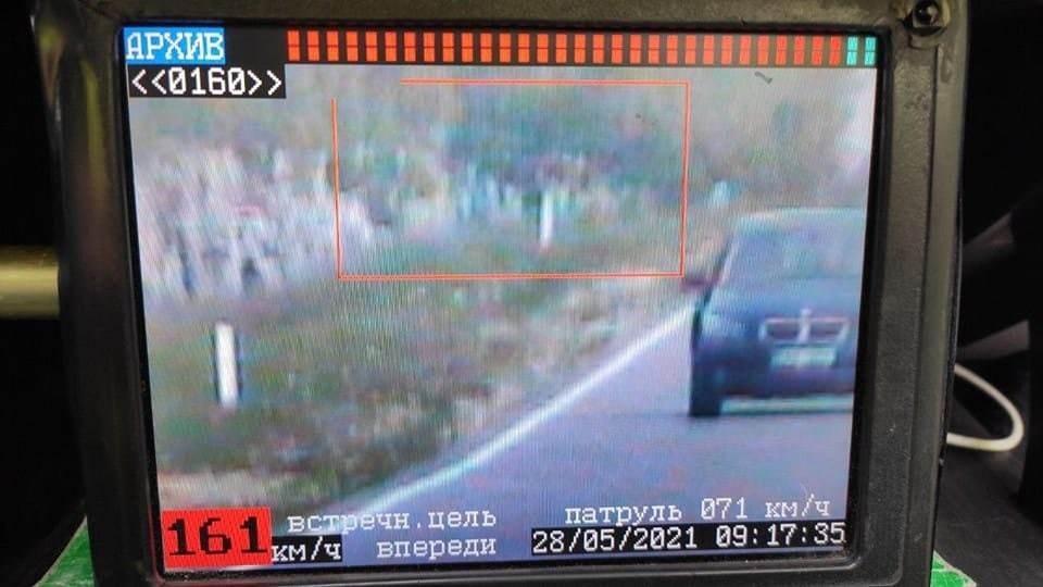 Теперь, помимо штрафа за быструю езду, лихачу грозит уголовное дело за активную коррупцию (Фото: полиция).