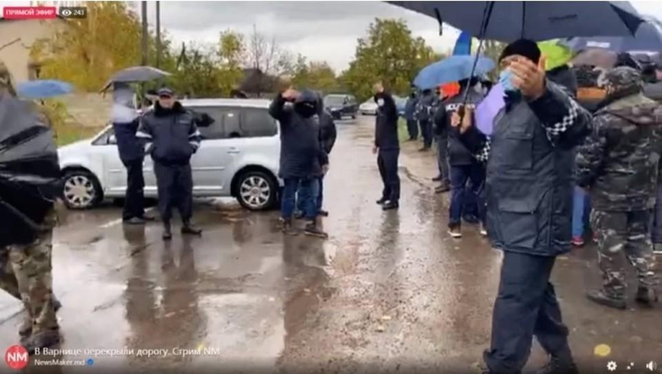 Граждан Молдовы, живущих в Приднестровье представители PAS старались не пустить к избирательным урнам на выборах президента страны (Фото: cenzura.md).