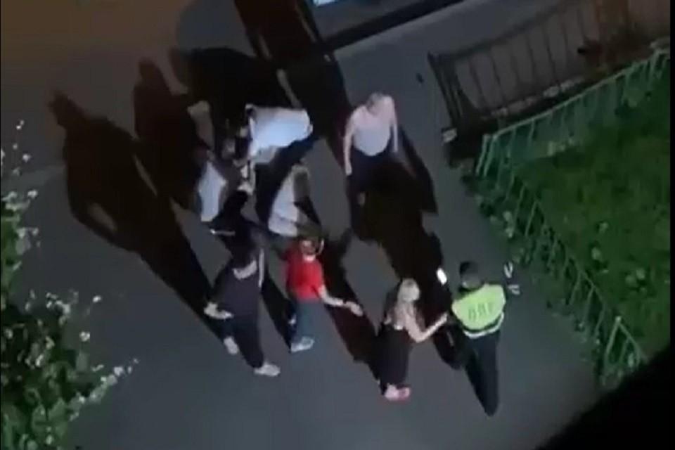 В иномарке, кроме пьяного водителя находилась женщина. Эта пассажирка вела себя агрессивно и вместе с людьми, вышедшими во двор дома, пыталась воспрепятствовать законным действиям полицейских