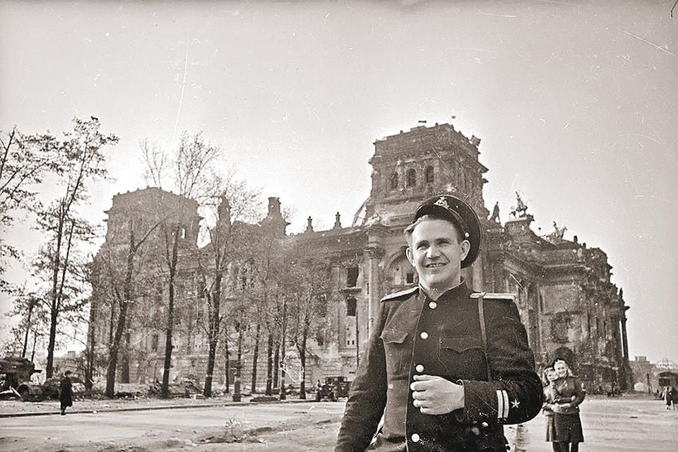 Евгений Халдей у разрушенного Рейхстага. Май 1945-го. Фото: Собрание МАММ