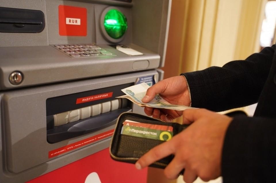 Омичка сама передала данные банковской карты мошенникам.