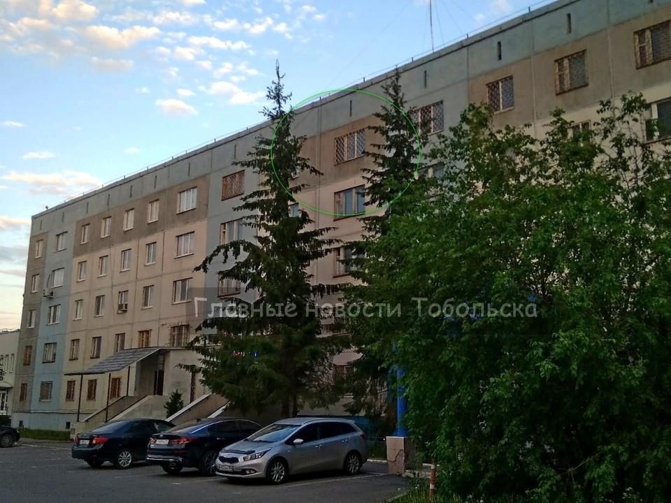 """В Тобольске иностранец выпрыгнул из пятого этажа отдела полиции. Фото - """"Главные новости Тобольска"""" в ВК."""