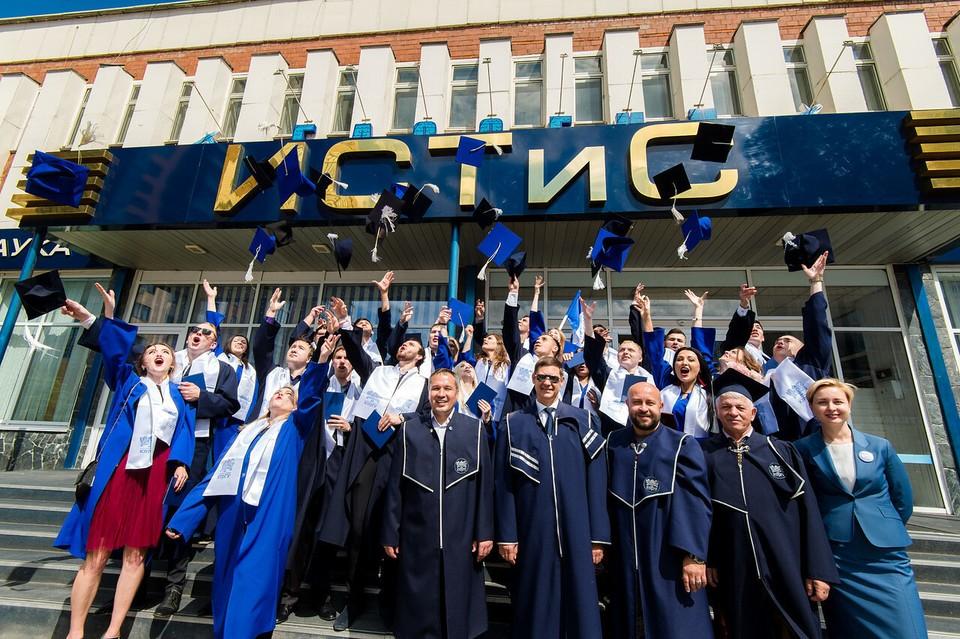 Выпускники ИСТиС получают профессии будущего. Фото: предоставлено ИСТиС