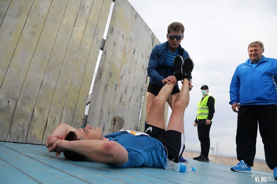 После оказания первой помощи молодого человека передали медикам. Фото: vl.ru
