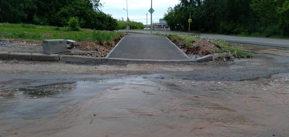Из-за порыва подтопило улицу в Ижевске, Фото: Дмитрий Наговицын