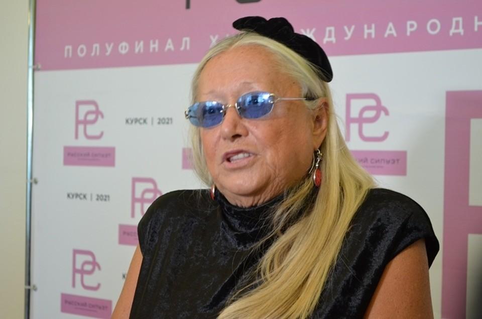 """Татьяна Михалкова из года в год не меняет свой имидж на """"Русском силуэте"""" - черное платье и """"бантик"""""""
