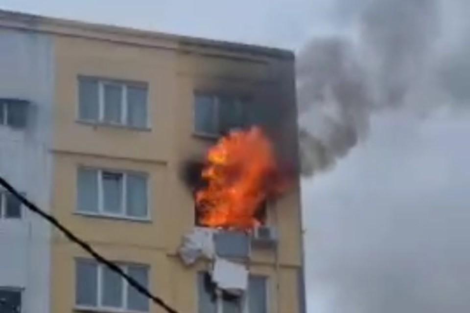 Огонь охватил помещение на восьмом этаже.