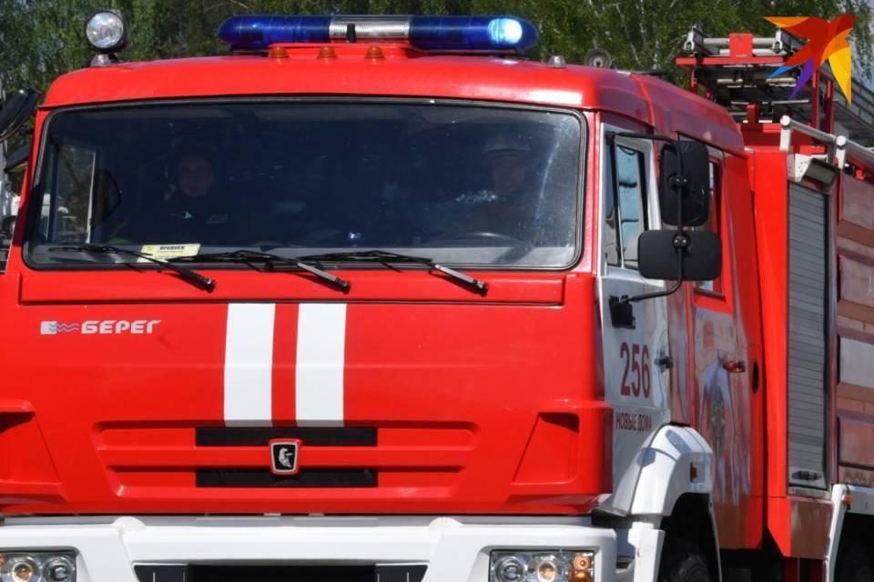 Три пожарно-спасательных подразделения тушили горящее старое судно.