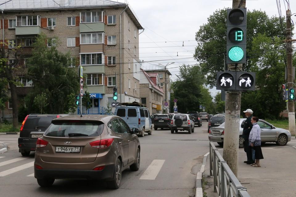 У светофора на перекрестке Энгельса и Толстого в центре Тулы появились новые секции — ранее таких в городе замечено не было