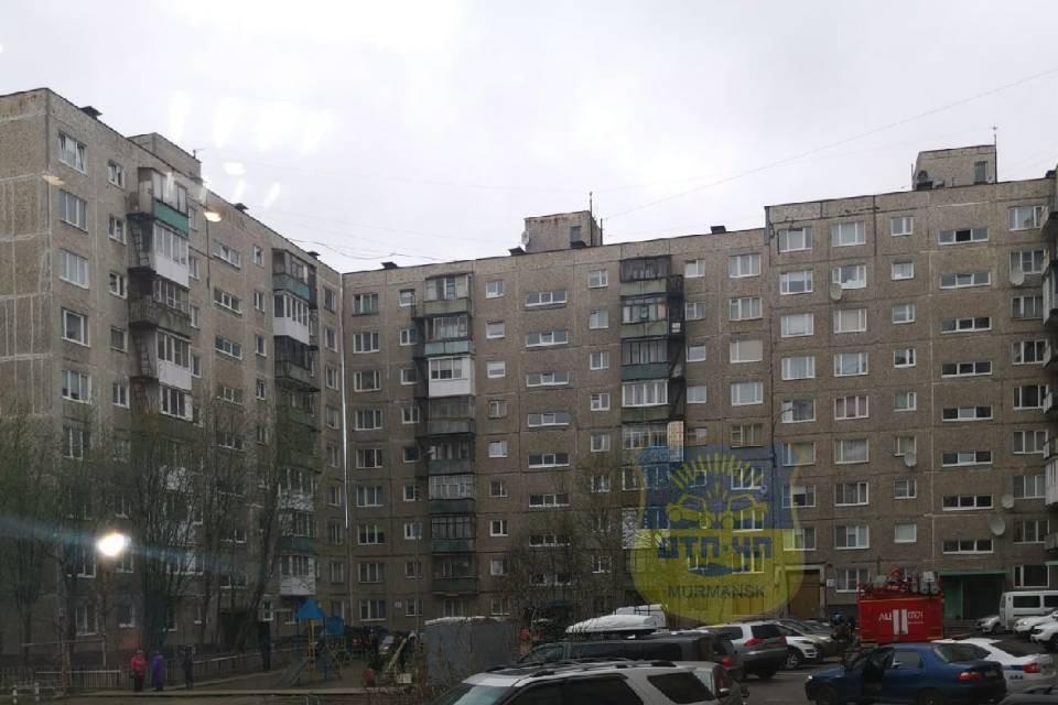 Спецслужбы днем 1 июня были стянуты к дому №33 на улице Зои Космодемьянской. Фото: vk.com/murmansk_dtp