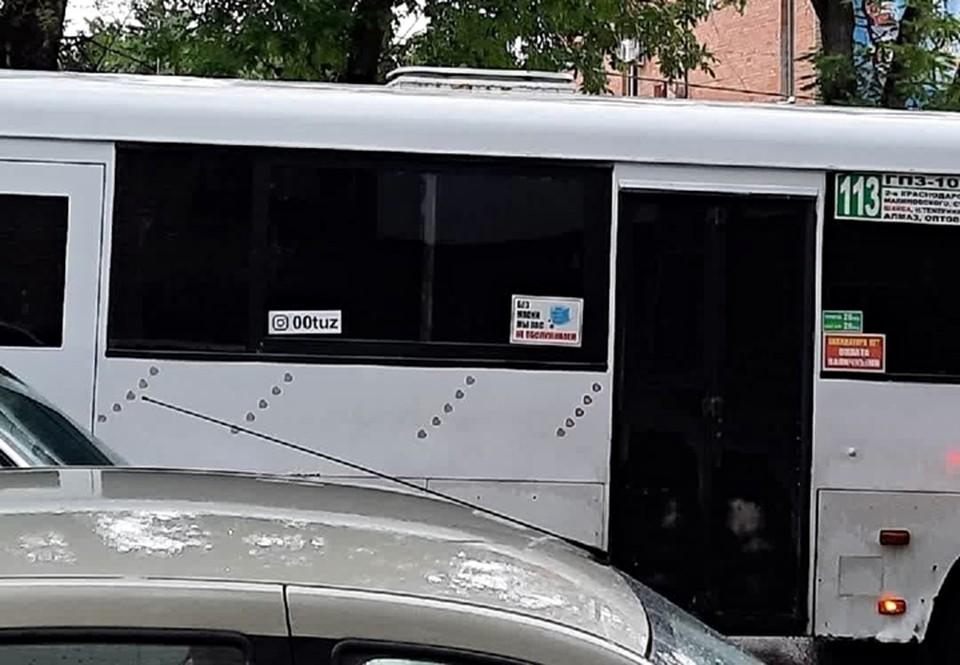 """Микроавтобус резко выделяется на фоне остального транспорта. Фото: соц. сети, паблик """"оБлики Ростова"""""""