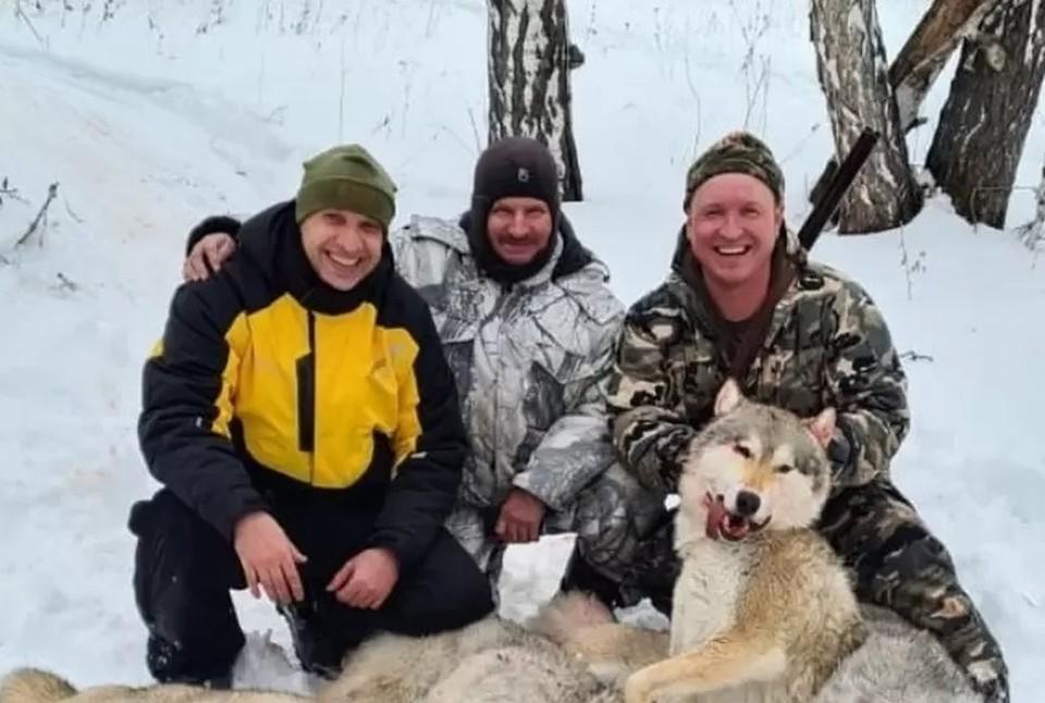Депутат (справа) и егеря с радостью фотографировались на фоне убитых животных
