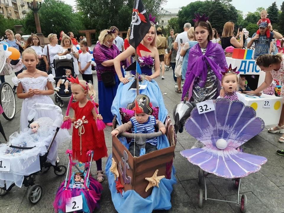 Кто только не повстречался на параде колясок