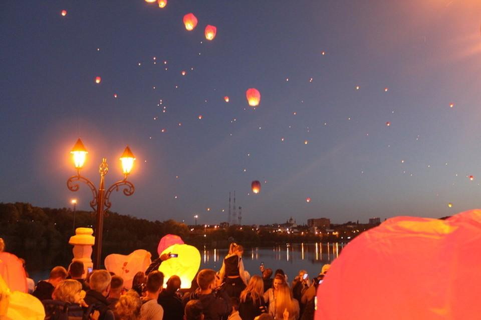В Донецке стало печальной традицией запускать небесные фонари в память о погибших детях Донбасса