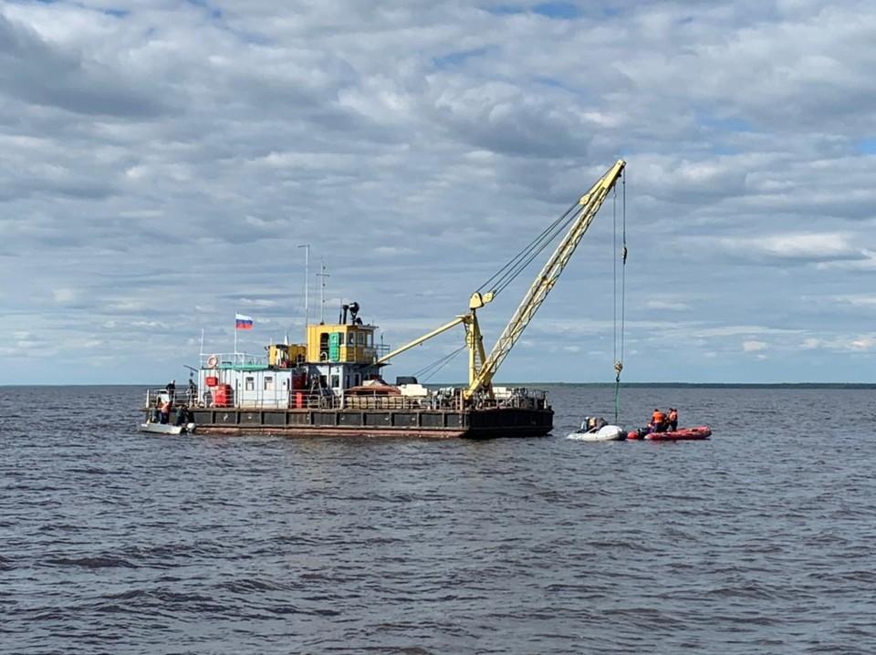 На место прибыл плавучий кран