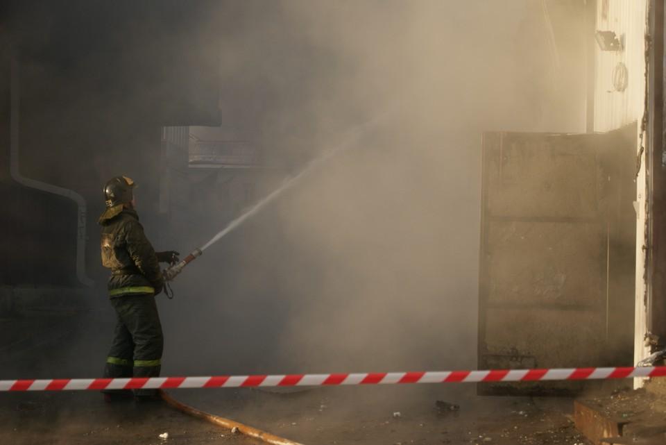 Два двухэтажных дома горят в Братске