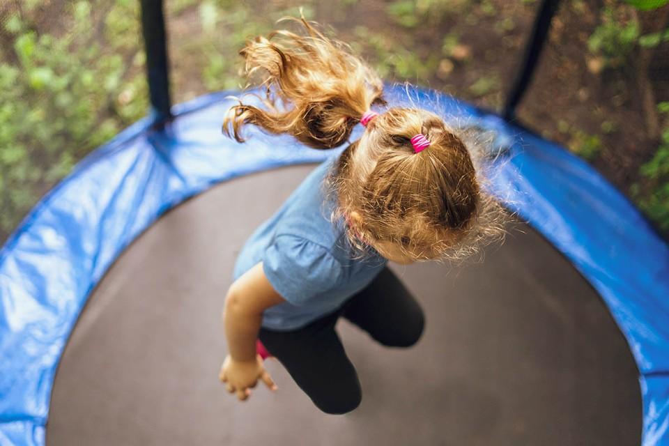 Девочка рухнула на твердую поверхность и сильно ударилась. Фото: Shutterstock