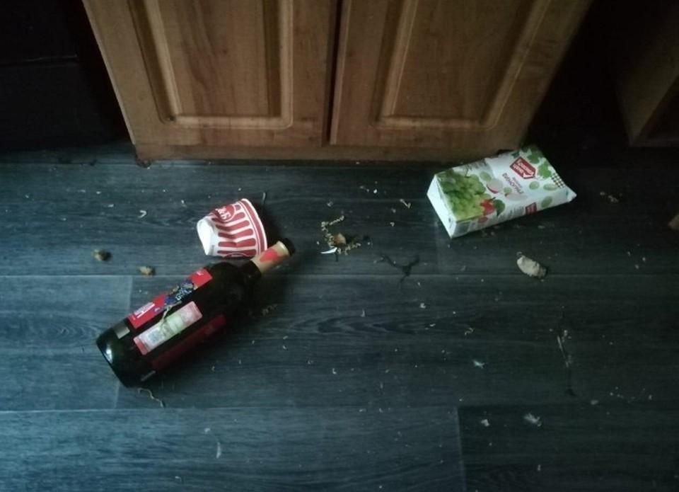 В квартире горе-матери беспорядок и пустые бутылки. Фото: СУ СК РФ по Орловской области
