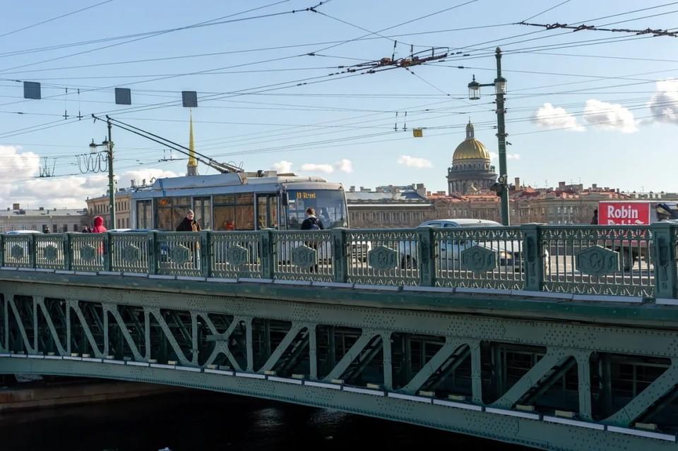 В Петербурге собрались пробки у Стрелки ВО после перекрытия Дворцового моста.