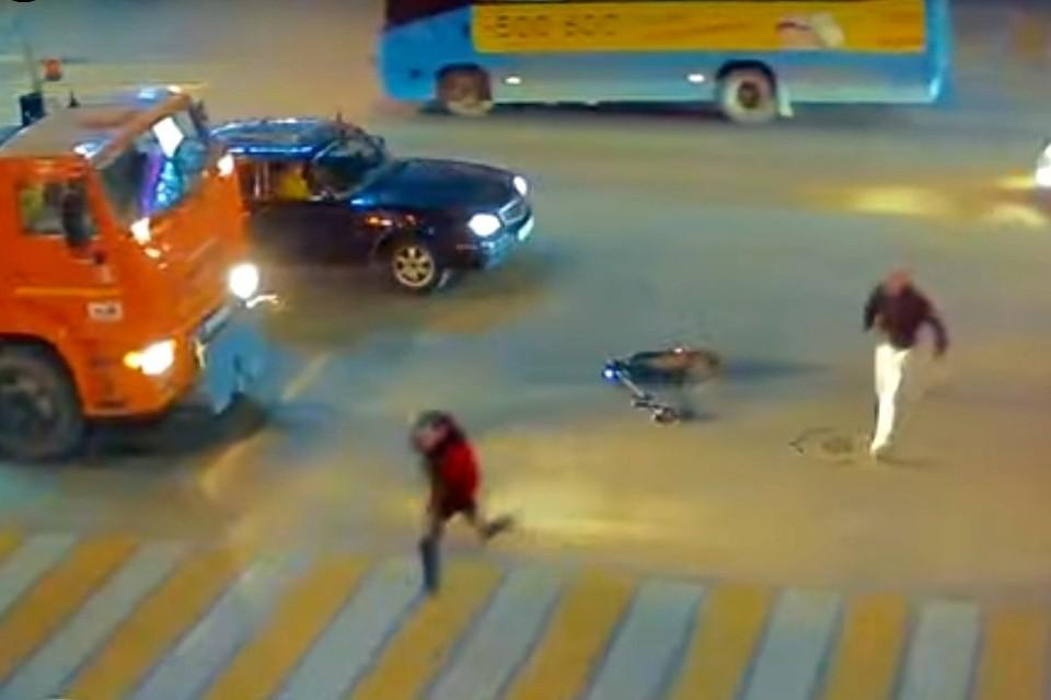 Появилось видео, как в Рязани самокатчик сбежал от водителя, с которым столкнулся.