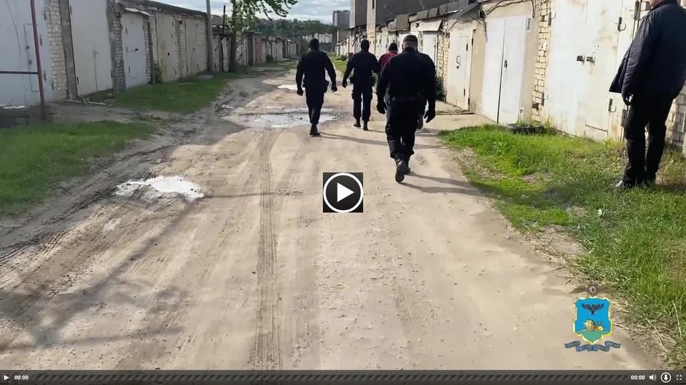 По предварительным данным, подозреваемый прогуливался по улицам города в поисках наживы.