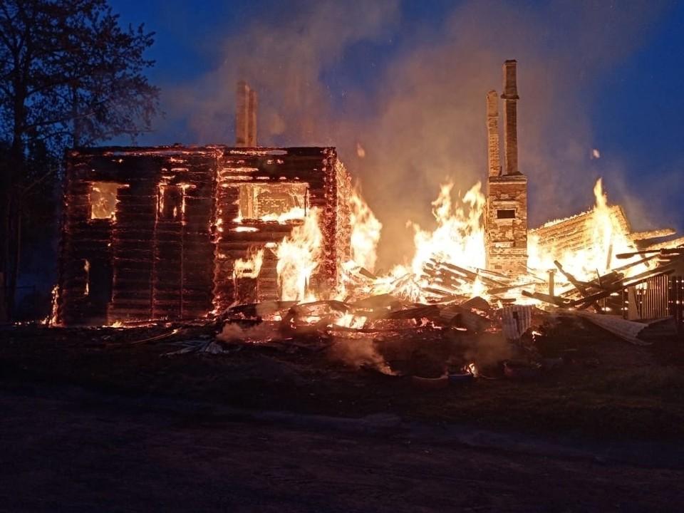 Деревянное здание полностью сгорело