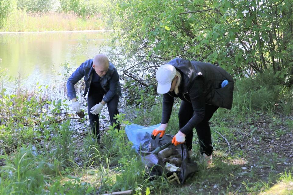 Депутаты Думы помогли очистить берега Левинки от мусора