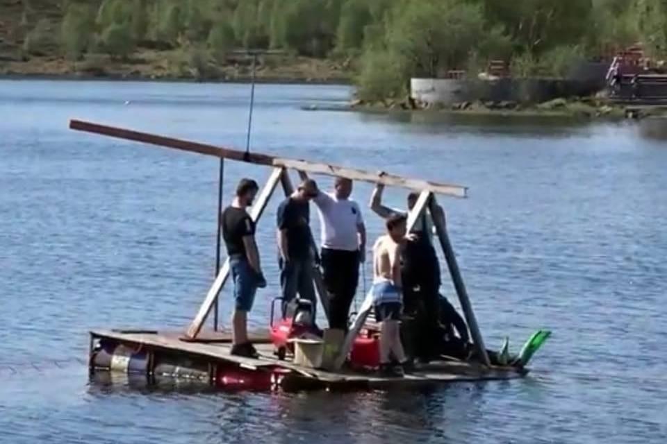 Мужчины на плоту оказались рабочими, которые будут поднимать фонтан из-под воды. Фото: Rustem Fahreev/vk.com/murmanskgroup
