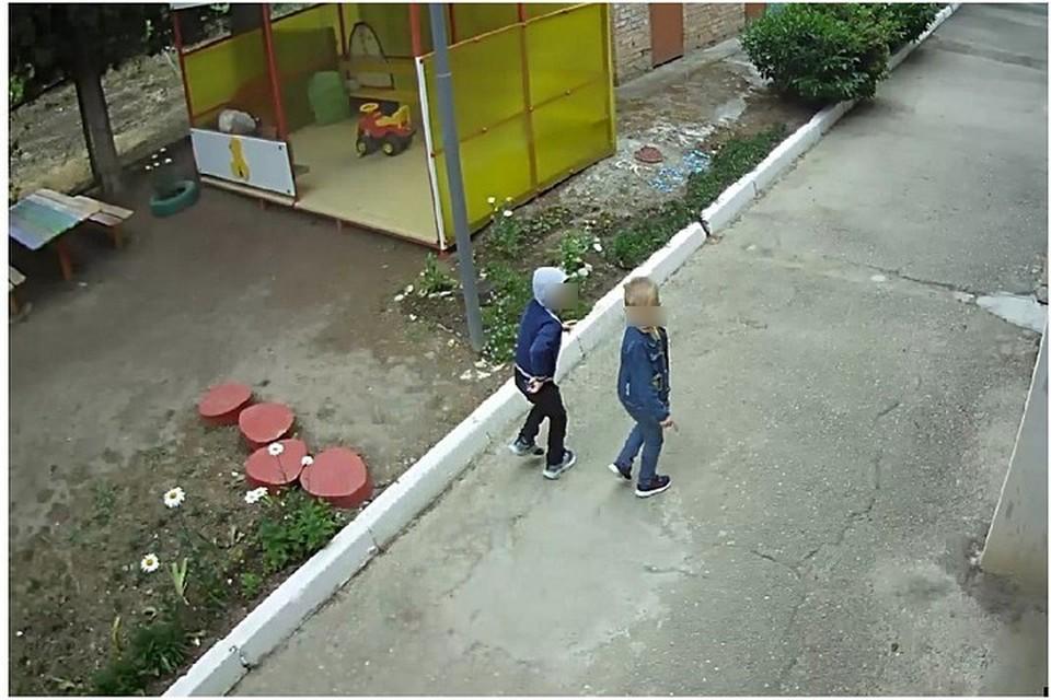 Мальчики сумели спокойно выйти за пределы дошкольного учреждения. Фото: кадр видео пресс-службы МВД по Республике Крым