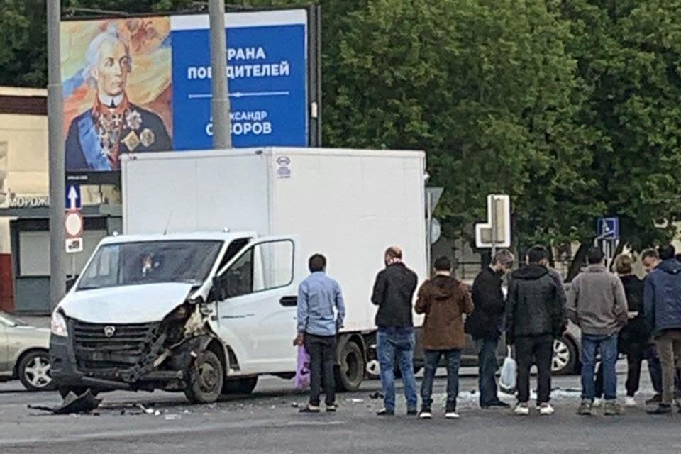 На Варшавском шоссе произошло столкновение грузового фургона с автобусом частного перевозчика