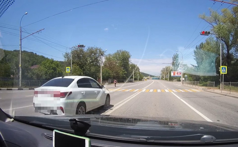 Водитель должен заплатить штраф за нарушения, иначе лишится водительских прав. Фото: скриншот из видео пресс-службы МВД по РК.