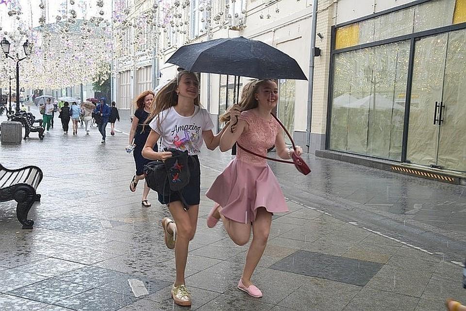 Москвичам пообещали теплую и дождливую погоду
