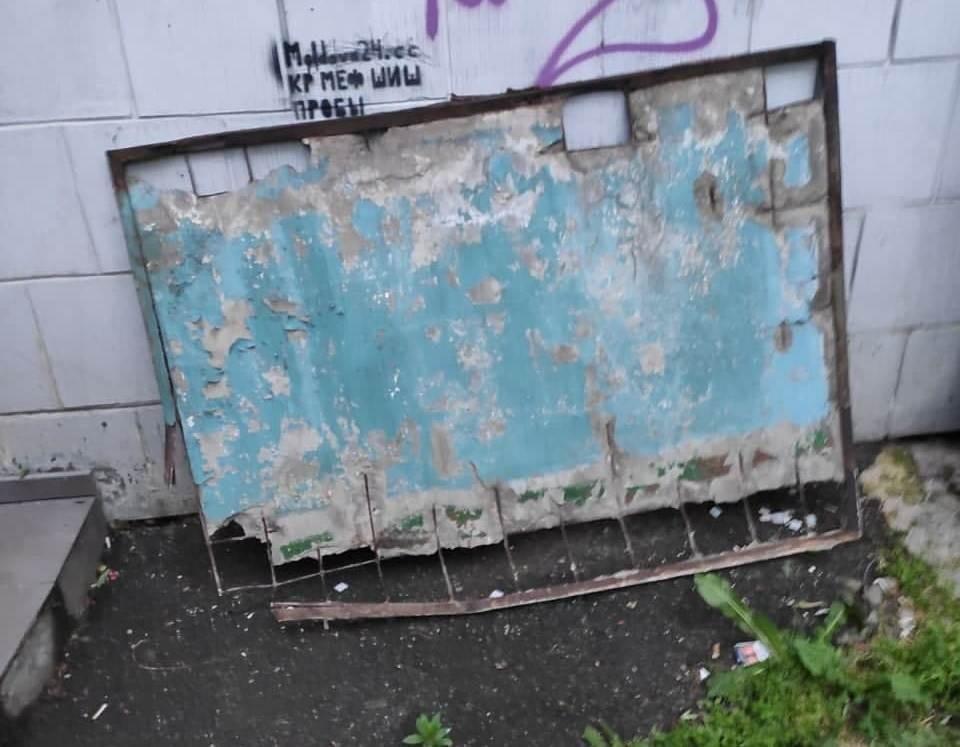 Тяжелая бетонная плита могла рухнуть на головы прохожих. Фото: IGSU