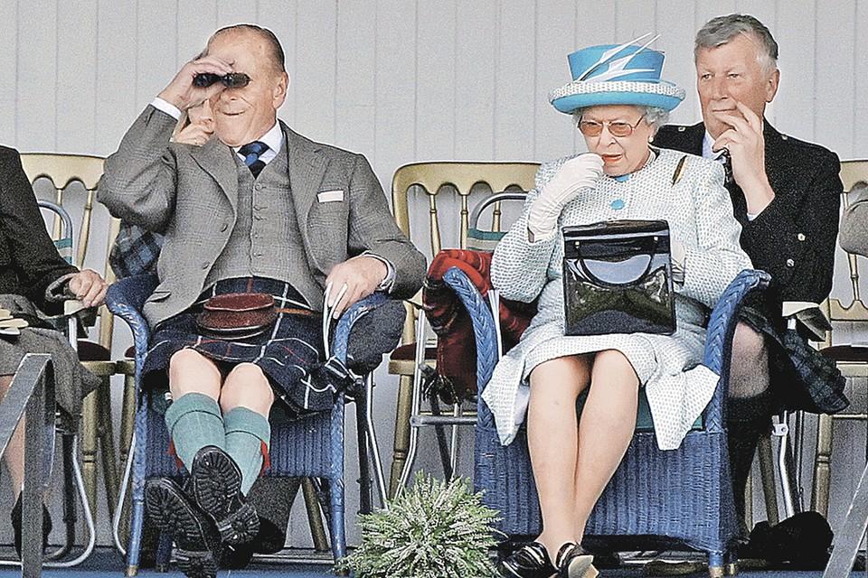 Филипп (слева) и английская королева Елизавета II на популярных «Играх горцев» в Шотландии. 2011 г. Фото: David MOIR/REUTERS
