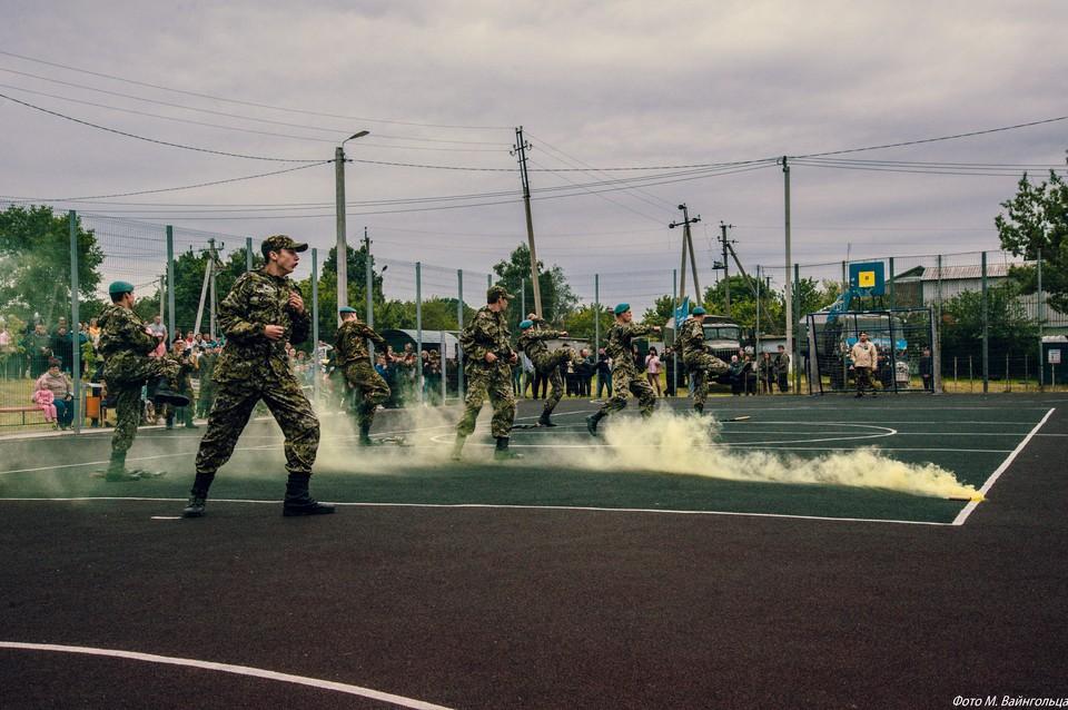 Участники спортивного праздника соревновались в мини-футболе, перетягивании каната, подтягивании на перекладине, гиревом спорте и стрельбе на тренажере беспулевой стрельбы «Скат». Фото пресс-службы Управления Росгвардии по Белгородской области.
