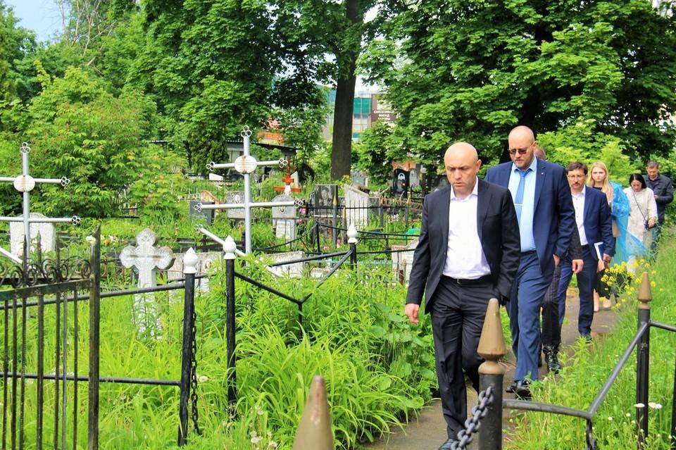 Городские кладбища проинспектировал мэр. Фото с официальной страницы вконтакте Юрия Парахина