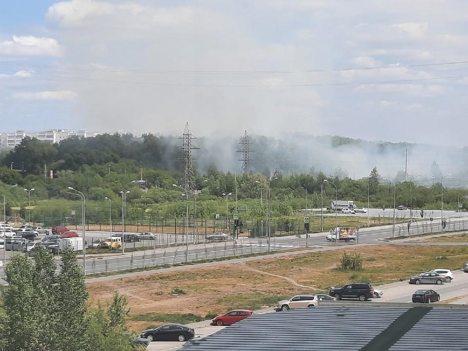 В Тюмени горит кладбище у озера Алебашево.