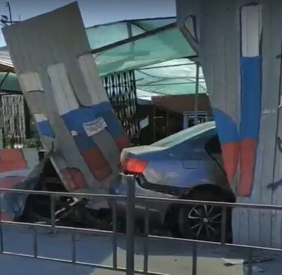Машина протаранила магазин и сбила человека.