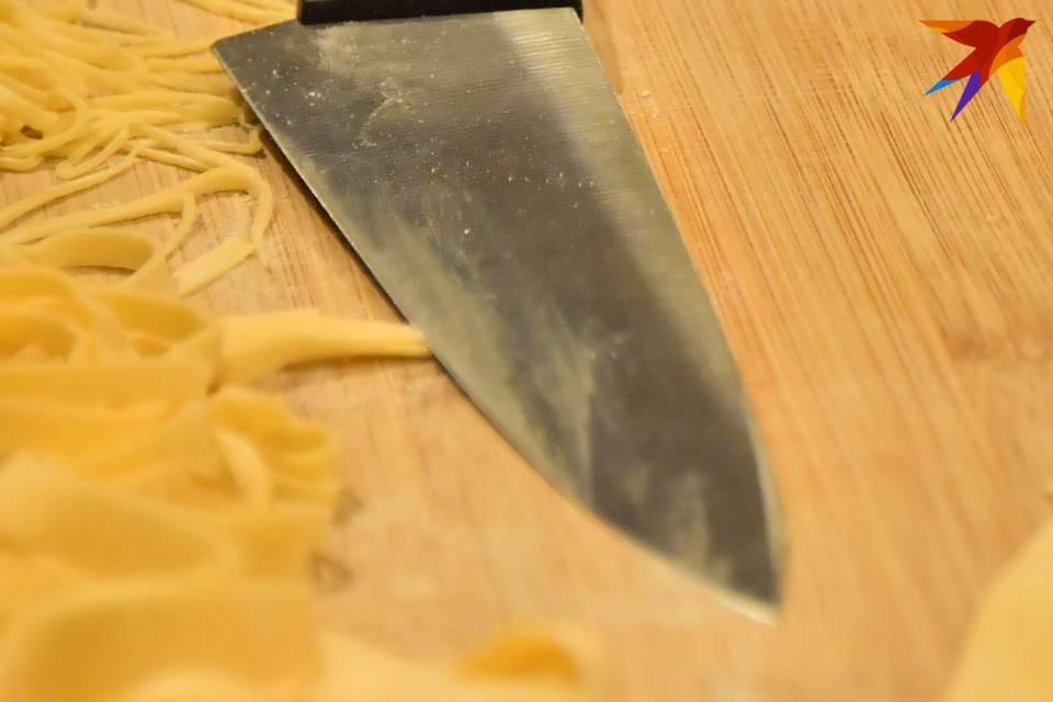 71-летняя мурманчанка схватила нож и бросилась на сожителя.