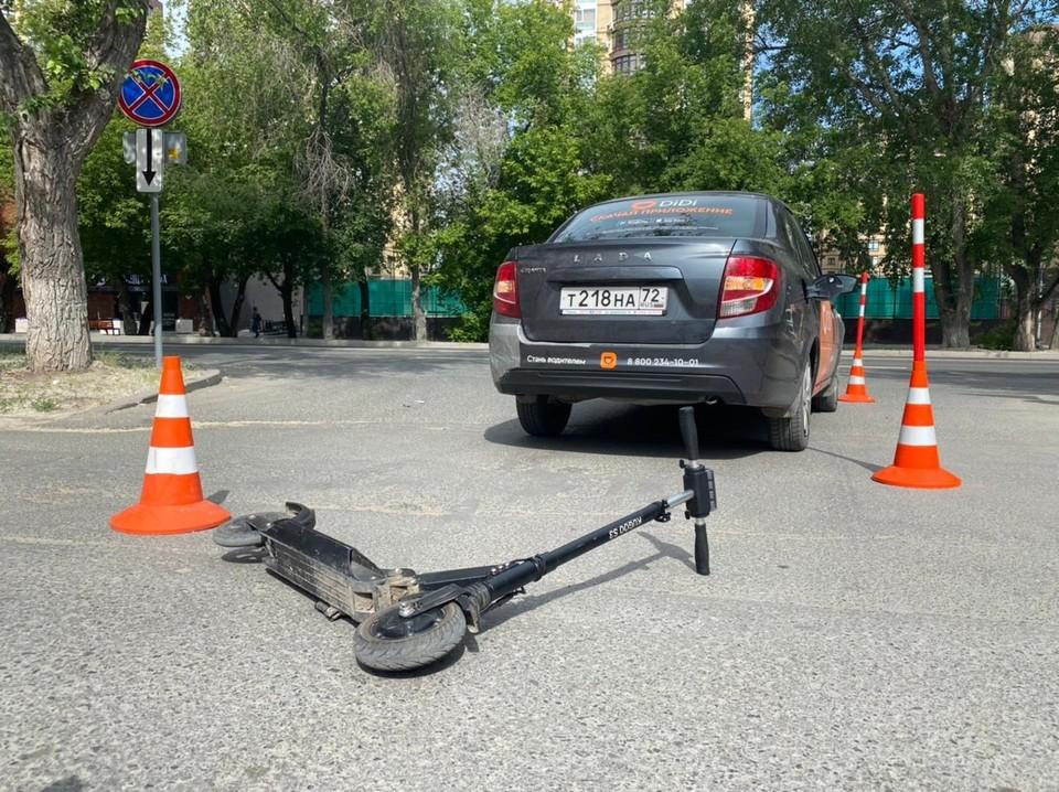 В Тюмени мальчик на самокате пострадал в ДТП с такси.