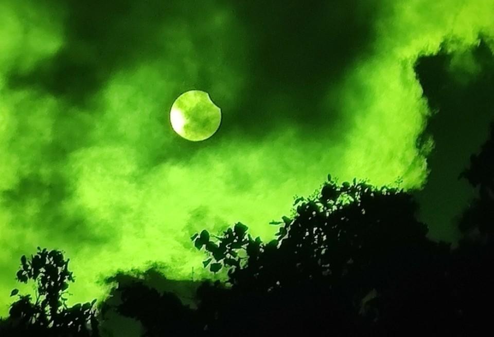 Этот снимок был сделан в самом начале затмения в Советске. Зеленый цвет получился из-за фильтра.