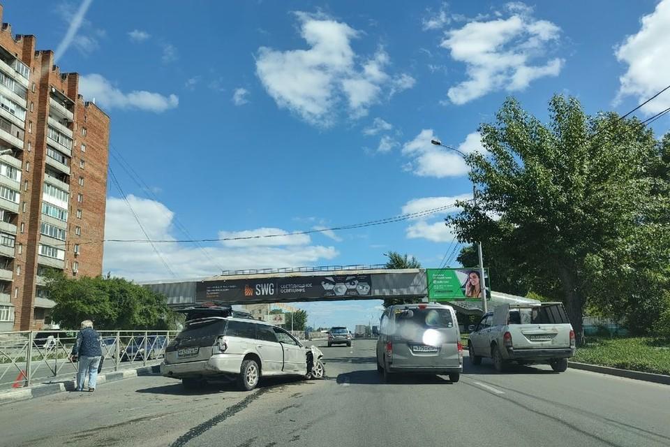 В Новосибирске Subaru Legacy остался без колеса после аварии с грузовиком.
