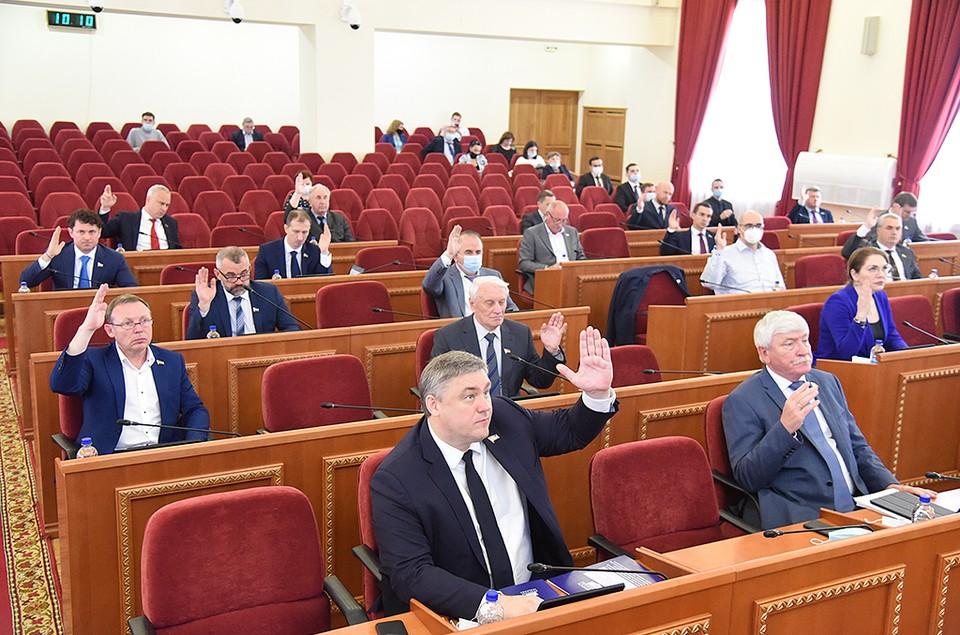 Депутаты проголосовали за новый закон и важный для донского региона закон. Фото: пресс-служба ЗС РО.