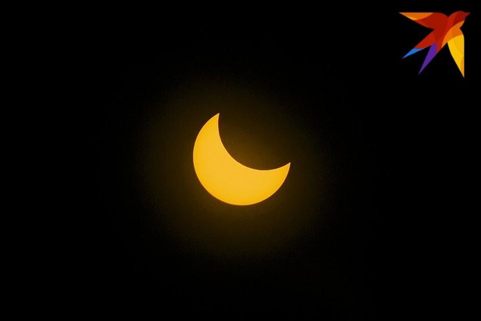 В пик затмения Луна закрыла Солнце почти на половину.