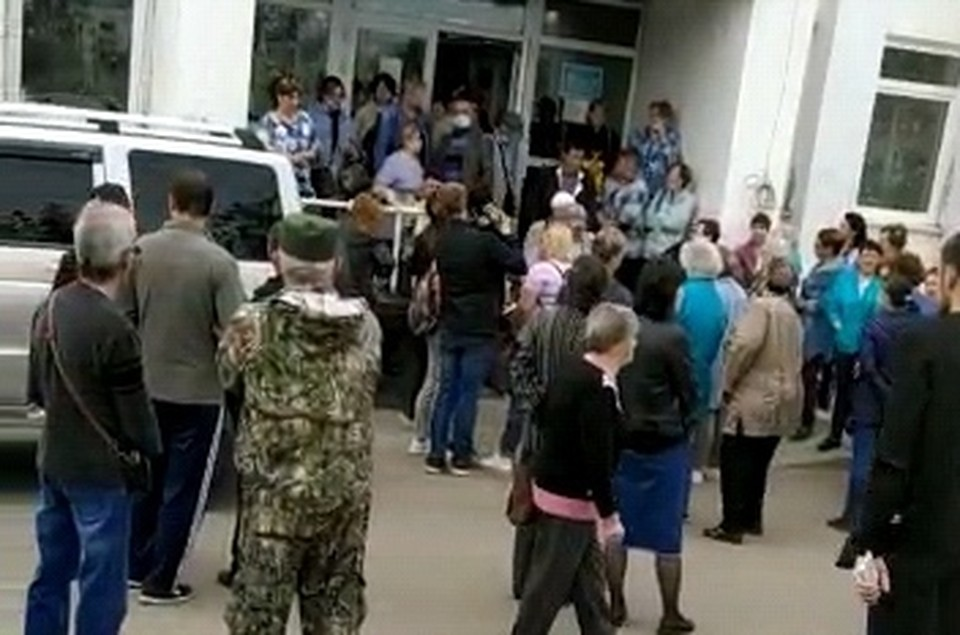 Чиновники отказываются от беседы и выгоняют сахалинцев на улицу