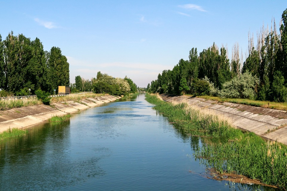 Сейчас Северо-Крымский канал частично заполнен водой из артезианских скважин.