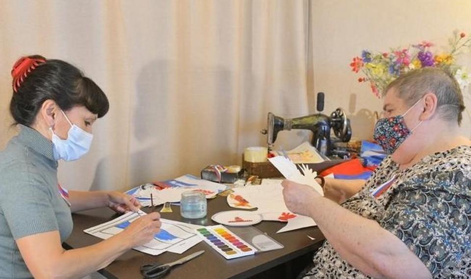 Соцработники помогают омским пенсионерам украшать окна и балконы флагами России.